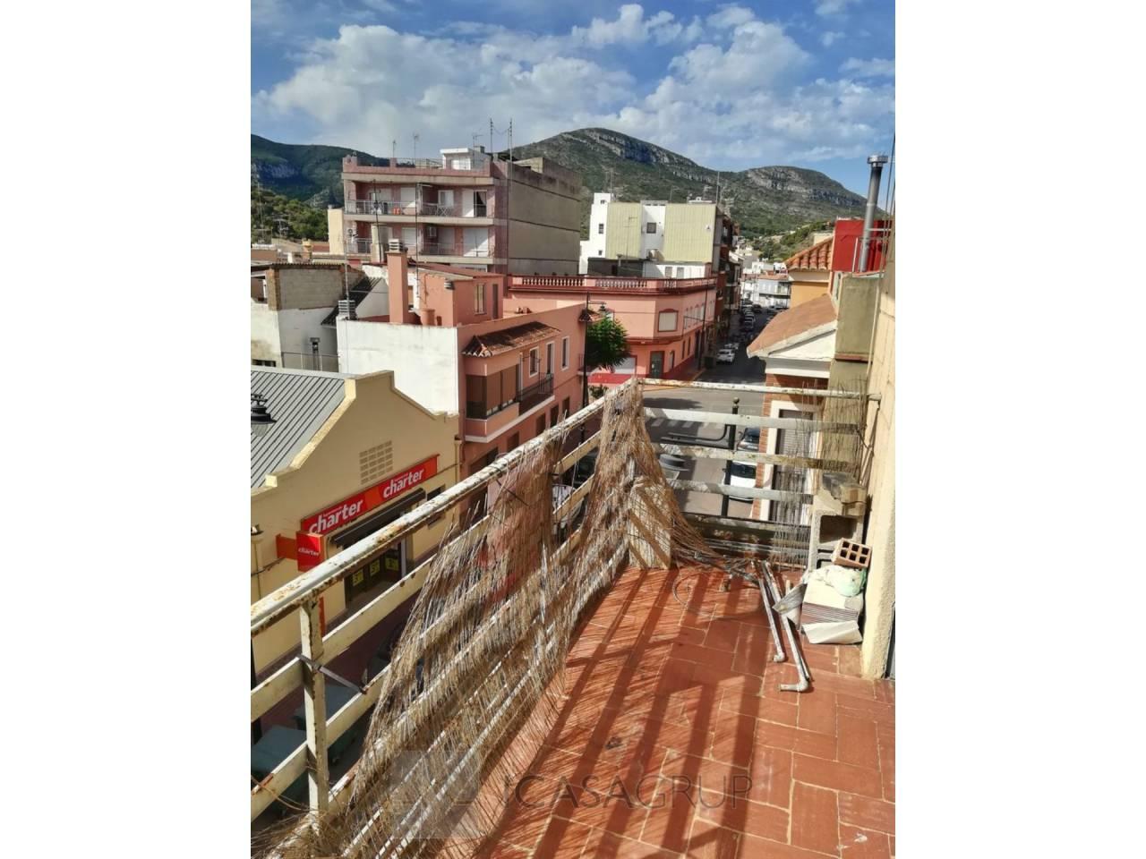 Piso a reformar de 3 habitaciones con balcón en Corbera-Valencia